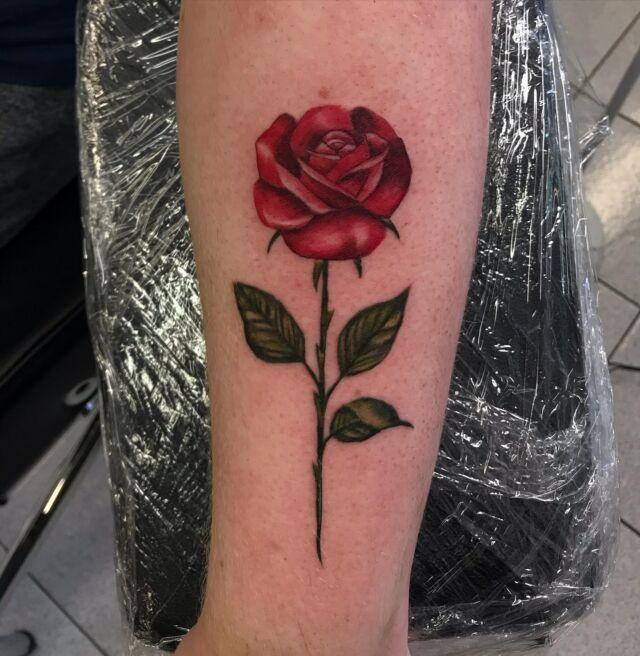 #rosetattoo #colortattoo #inked #tattoo #freshink #rose #botanical #tattoo #ink #tattoo #tatuointi #hyvinkää #tattooparlour #artcollective