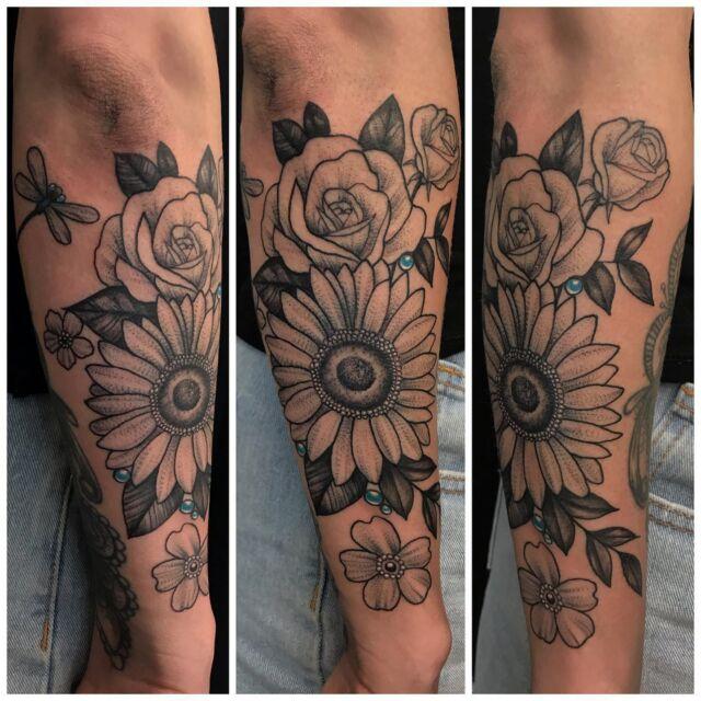 Kukkia kyynärvarressa. #blackandgrey #flowertattoo #linework #botanicaltattoo #ink #flowers #girlytattoo #inked #tattoo #tatuointi #hyvinkää