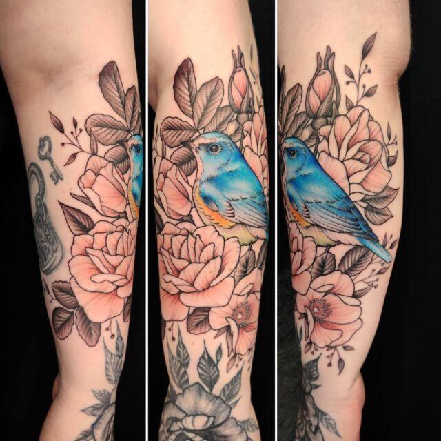 #sinipyrstö #tatuointi #artelysior #tattooparlour #artcollective #hyvinkää  #redflankedbluetail #tattoo #tpartcollective #pikkulintu  #lintutatuointi #bird #birdtattoo #flowers #roses #rosetattoo
