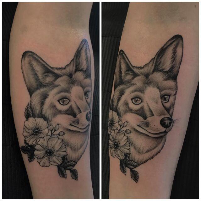 Kettulainen kukkasilla käsivarressa 😌  #blackandgrey #foxtattoo #flowers #ink #tattoo #inked #fox #wildlife #flora #fauna #kettu #repolainen #tatuointi #hyvinkää