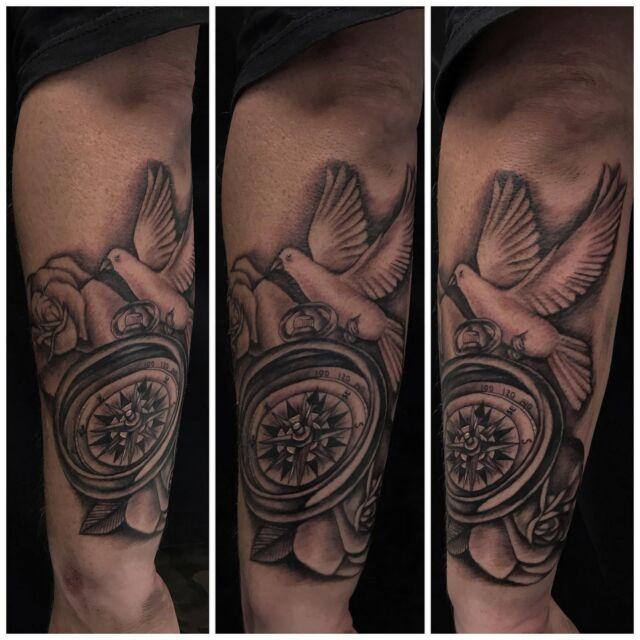 Kyynärvarressa.  #blackandgrey #compasstattoo #ink #dove #roses #compass #tattoo #inked #tatuointi #hyvinkää #tattooparlour #artcollective