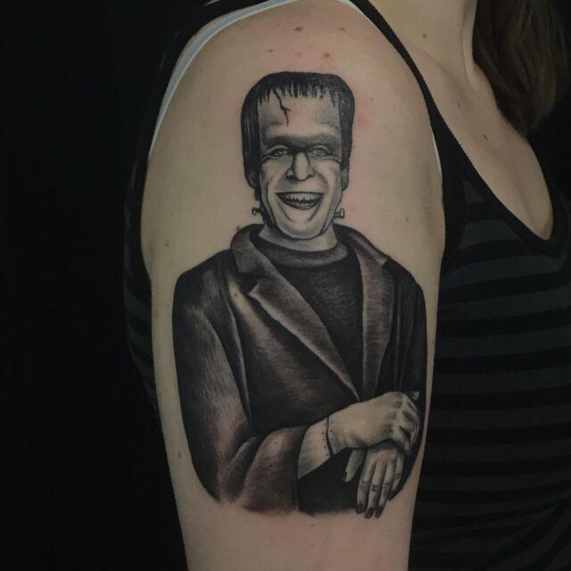 Kiva viikon aloitus Herman Munsterilla 🤩👉🏽 #blackandgrey #themunsters #fanart #ink #hermanmunster #frankenstein #tattoo #inked #tattoo #tatuointi #hyvinkää #tattooparlour #artcollective