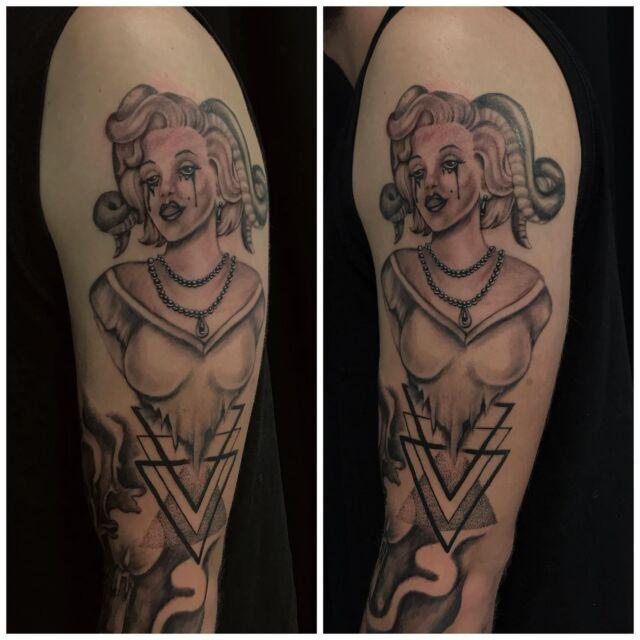 Hihaprojektia, jatkellaan taas lokakuussa. Osa parantunutta, osa juuri väritettyä. #inprogress #parthealed #sleevetattoo #blackandgrey #succubus #geometric #inked #dotwork #ink #tattoo #tatuointi #hyvinkää #tattooparlour #artcollective