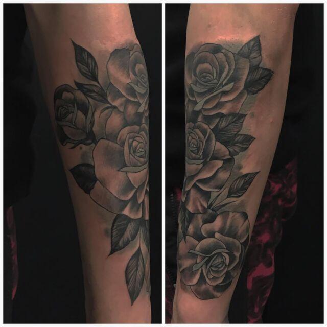 Projektia käsivarressa, jatkellaan joulukuussa.  #inprogress #rosetattoo #blackandgrey #ink #roses #tattoo #tatulointi #hyvinkää #tattooparlour #artcollective