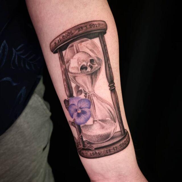 #tiimalasi #tatuointi #artelysior #tpartcollective #hyvinkää #hourglasstattoo #tattoo #orvokki #suomentatuoinnit #tattooparlour #artcollective