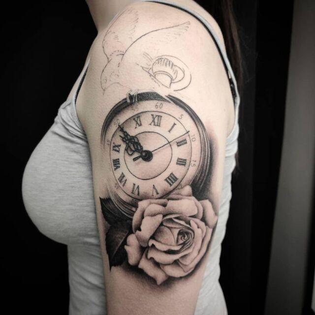 #inprogress #tattoo #artelysior #tattooparlour #artcollective #hyvinkää  #kello #ruusu #lintu #tatuointi #työnalla