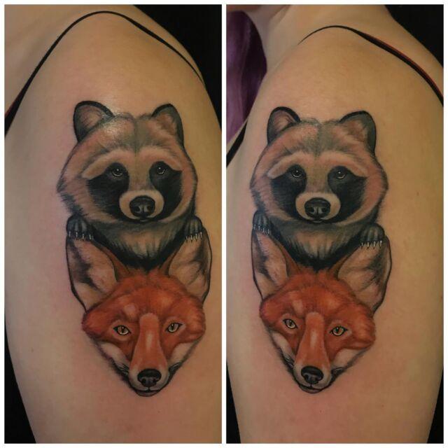 Supikoira ja kettu olkapäässä.  #colortattoo #raccoondog #fox #wildlife #animaltattoo #foxtattoo #ink #inked #tattoo #tatuointi #hyvinkää #tattooparlour #artcollective