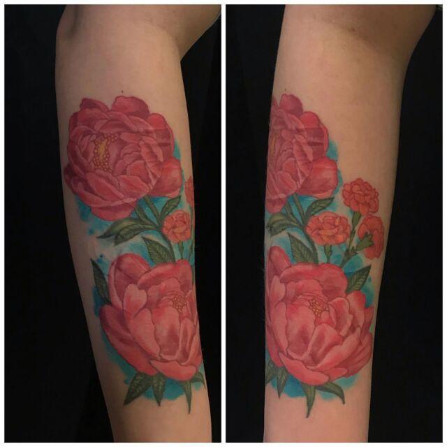 Parantunut! Tehtiin kukkasia arpien päälle 😊 #healed #healedtattoo #scarcoverup #colortattoo #peonies #flowers #ink #girlytattoo #inked #tattoo #tatuointi #hyvinkää