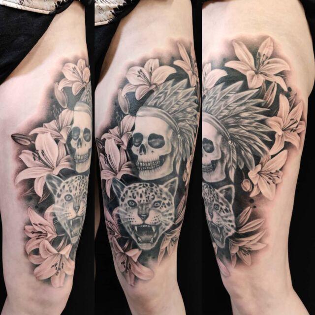 Tehtiin liljoja @art.a.la.anna :n tekemän kuvan ympärille #lilies #tattoo #artelysior #tattooparlour #artcollective #hyvinkää #lilja #tatuointi