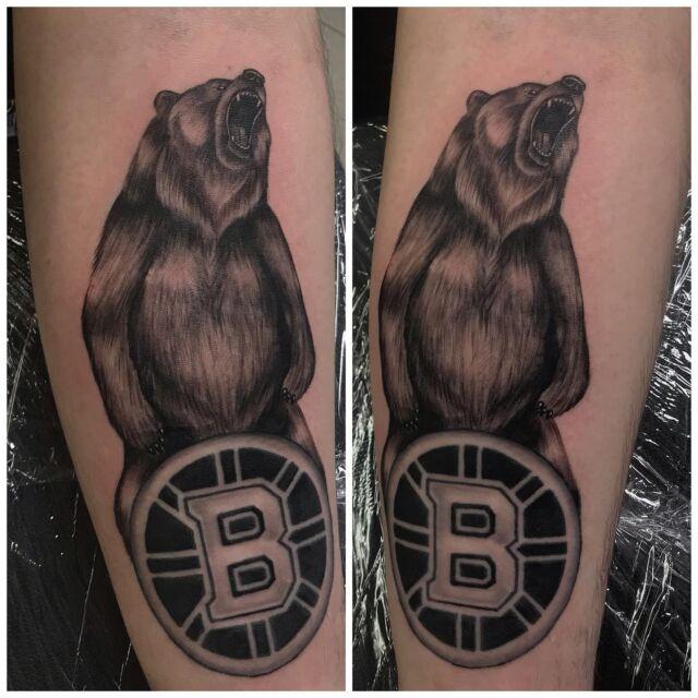 Jääkiekkohommia!  Osa parantunutta, osa juuri väritettyä 😁 #blackandgrey #bostonbruins #beartattoo #ink #hockey #logo #inked #bear #tattoo #tatuointi #hyvinkää