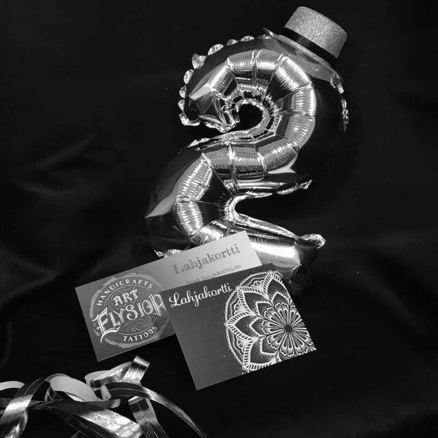 Studiomme täyttää 2 vuotta! 🤘🏻😘 Kiitos siitä kaikille ihanille asiakkaillemme! Juhlahumun kunniaksi laitetaan Annan @art.a.la.anna kanssa lahjakorttiskabaa käyntiin.  Arvomme molemmat yhden 300€ arvoisen lahjakortin.  Osallistu kilpailuun;  1. Seuraa @artelysior ja @art.a.la.anna  2. Tykkää tästä kuvasta  3. Tägää  tähän julkaisuun kaveri joka ansaitsee mielestäsi lahjakortin!  Arvonta suoritetaan 14.2. perjantaina klo 17:00!  Voittajille ilmoitetaan täällä julkisesti sekä yksityisviestillä.  Instagram ei ole mukana arvonnassa. #synttärit #lahjakortti #arvonta #birthday  #tattoo #giftcard #tatuointi #hyvinkää #tattooparlour #artcollective #tpartcollective