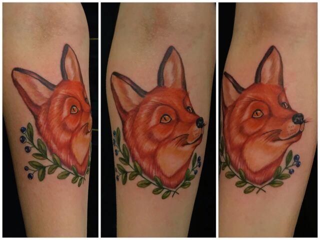 Kettu repolainen käsivarressa. Puolet tuotosta meni osoitteeseen @luonnonsuojeluliitto  Kiitos Jenni! 😊  #colortattoo #fox #blueberries #nature #nordic #wildlife #ink #tattoo #inked #tatuointi #suomenluonto #hyvinkää