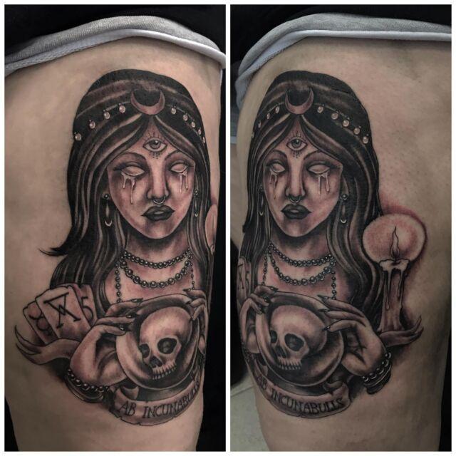 Ennustelija reidessä. Osa parantunutta,  osa juuri väritettyä 🔮 #blackandgrey #fortuneteller #parthealedpartfresh #ink #skulltattoo #inked #alchemy #occultism  #tattoo #tatuointi #hyvinkää #tattooparlour #artcollective